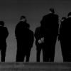 Männer, mit dem Rücken zur Wand.